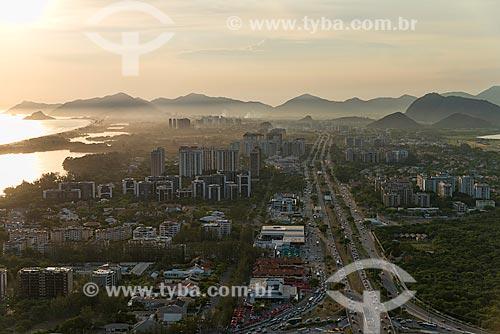 Assunto: Vista aérea da Avenida das Américas - à esquerda a Praia da Barra da Tijuca e à direita a Lagoa da Tijuca / Local: Barra da Tijuca - Rio de Janeiro (RJ) - Brasil / Data: 01/2013