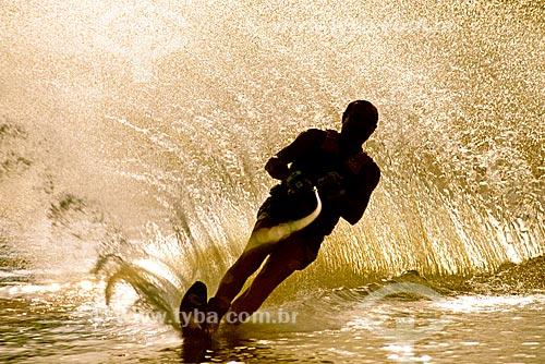 Assunto: Homem praticando esqui aquático / Local: São Paulo (SP) - Brasil / Data: 1993