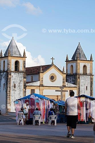 Assunto: Barracas de artesanato com a Igreja de São Salvador do Mundo - também conhecida como Igreja da Sé (século XVI) ao fundo / Local: Olinda - Pernambuco (PE) - Brasil / Data: 01/2013