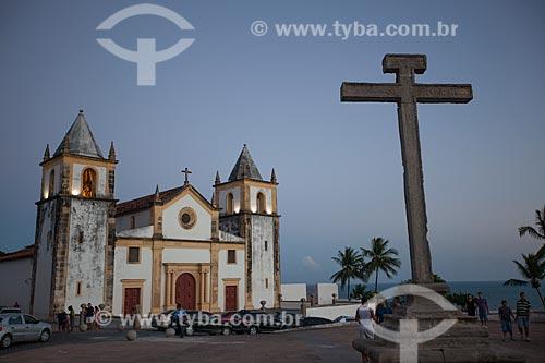 Assunto: Igreja de São Salvador do Mundo - também conhecida como Igreja da Sé (século XVI) e - à direita - Cruzeiro do Alto da Sé / Local: Olinda - Pernambuco (PE) - Brasil / Data: 01/2013