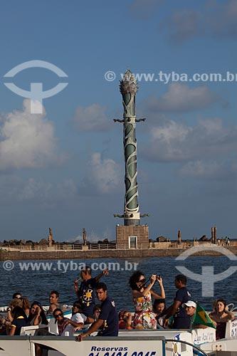 Assunto: Pessoas em uma balsa no dique do Porto de Recife com o Parque das Esculturas ao fundo / Local: Recife - Pernambuco (PE) - Brasil / Data: 01/2013