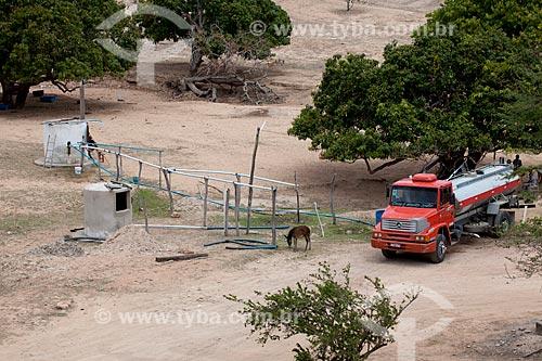 Assunto: Caminhão pipa abastecendo um reservatório de água no período da seca / Local: Próximo à Arcoverde - Pernambuco (PE) - Brasil / Data: 01/2013