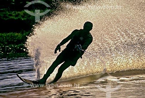 Assunto: Homem praticando esqui aquático / Local: São Paulo  ( SP )   -  Brasil / Data: 1993