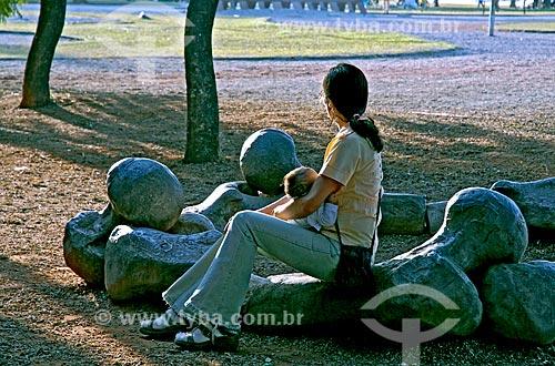 Assunto: Mãe com bebê no colo no Parque do Ibirapuera / Local: São Paulo (SP) - Brasil / Data: 06/2006