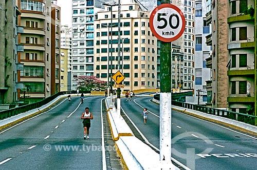 Assunto: Pessoas caminhando no minhocão que é interditado ao tráfego de carros e aberto aos pedestres e ciclistas aos Domingos e feriados / Local: São Paulo (SP) - Brasil / Data: 2002