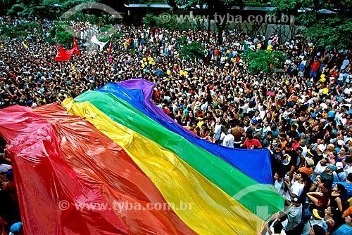 Assunto: Pessoas com Bandeira do orgulho LGBT na festa de aniversário de 450 anos da cidade de São Paulo / Local: São Paulo (SP) - Brasil / Data: 2004