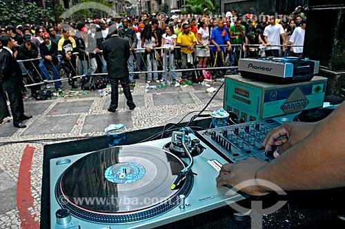Assunto: Pessoas assistindo show de música tecno na Virada Cultural de 2006 / Local: São Paulo (SP) - Brasil / Data: 05/2006