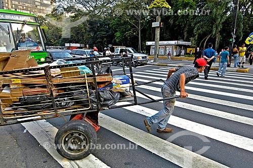 Assunto: Catador de papelão na Avenida Paulista / Local: São Paulo (SP) - Brasil / Data: 09/2004