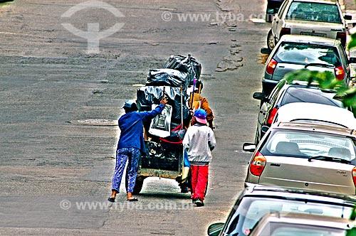 Assunto: Catadores de papelão empurrando carrinho / Local: São Paulo (SP) - Brasil / Data: 09/2004