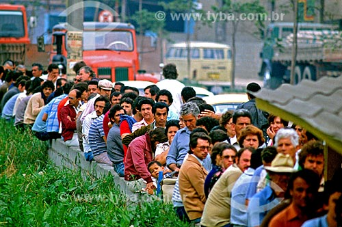 Assunto: Operários em busca de emprego na fábrica da Volkswagem na região do ABC Paulista / Local: São Paulo (SP) - Brasil / Data: 1983