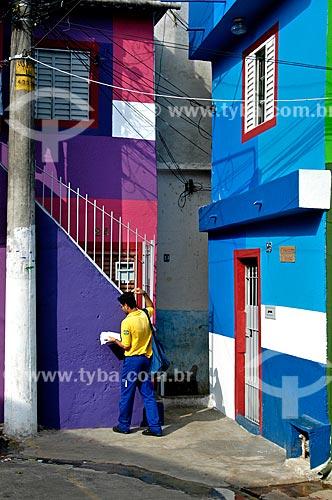 Assunto: Carteiro entregando correspondências na comunidade de Heliópolis / Local: São Paulo (SP) - Brasil / Data: 07/2004