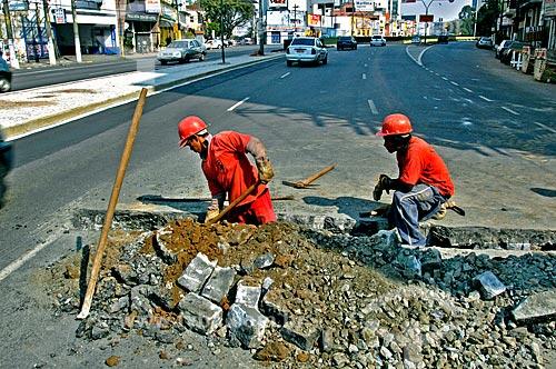 Assunto: Trabalhadores realizando obra na rua da Consolação / Local: São Paulo (SP) - Brasil / Data: 07/2004