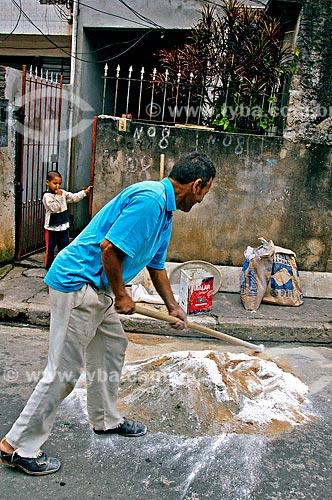 Assunto: Pedreiro preparando cimento para usar em obra na comunidade de Heliópolis / Local: Cidade Nova Heliópolis - São Paulo (SP) - Brasil / Data: 05/2004