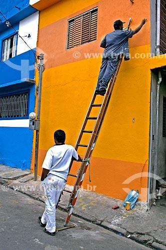 Assunto: Homens pintando casas na comunidade de Heliópolis / Local: São Paulo (SP) - Brasil / Data: 07/2004