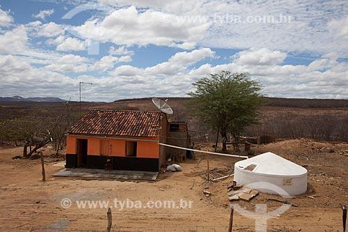 Assunto: Casa com cisterna - também conhecida como cacimba - no Sítio Cajá / Local: Flores - Pernambuco (PE) - Brasil / Data: 01/2013