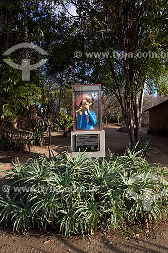 Assunto: Estátua em homenagem à Mestre Vitalino (Vitalino Pereira dos Santos) na entrada da casa onde morou / Local: Alto do Moura - Caruaru - Pernambuco (PE) - Brasil / Data: 01/2013