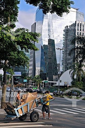 Assunto: Catador de papelão na Avenida Faria Lima / Local: São Paulo  (SP) - Brasil / Data: 2009