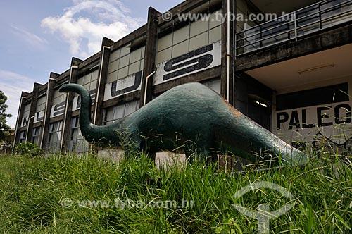 Assunto: Réplica de um dinossauro na entrada do Museu Municipal de Arqueologia / Local: Monte Alto - São Paulo (SP) - Brasil / Data: 01/2013