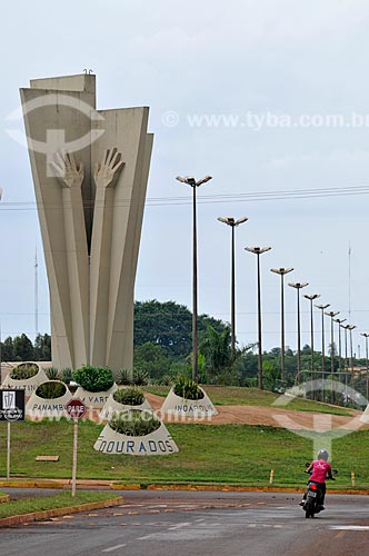 Assunto: Monumento ao Colono (1992) - também conhecido como Mão do Braz - na Avenida Marcelino Pires / Local: Dourados - Mato Grosso do Sul (MS) - Brasil / Data: 11/2012