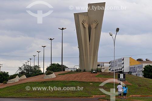 Assunto: Monumento ao Colono (1992) - também conhecido como Mão do Braz / Local: Dourados - Mato Grosso do Sul (MS) - Brasil / Data: 11/2012