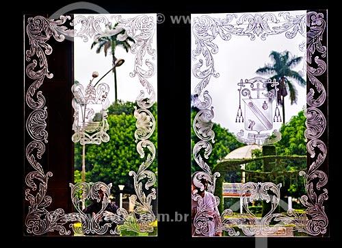 Assunto: Vidros gravados da porta de entrada da Igreja Matriz do Bom Jesus da Cana Verde (1953) / Local: Batatais - São Paulo (SP) - Brasil / Data: 12/2012