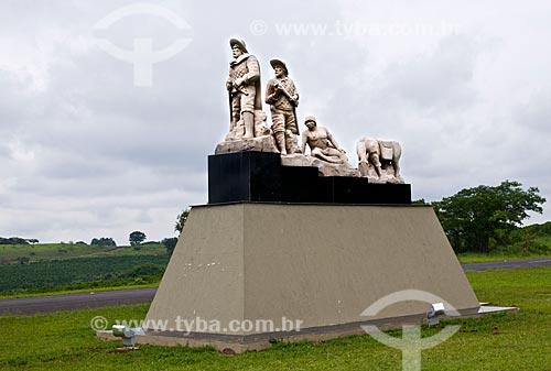 Assunto: Monumento aos Bandeirantes próximo ao entroncamento entre a Rodovia Cândido Portinari (SP-334) e a Rua Jorge Penha - entrada da cidade / Local: Pedregulho - São Paulo (SP) - Brasil / Data: 12/2012