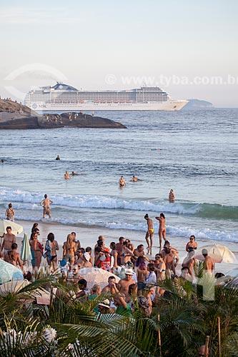 Assunto: Banhistas na Praia do Arpoador com Navio de cruzeiro ao fundo / Local: Ipanema - Rio de Janeiro (RJ) - Brasil / Data: 02/2013