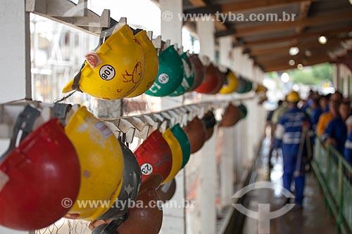 Assunto: Porta capacetes dos operários na fila do almoço durante a reforma do Estádio Jornalista Mário Filho - também conhecido como Maracanã / Local: Maracanã - Rio de Janeiro (RJ) - Brasil / Data: 02/2013