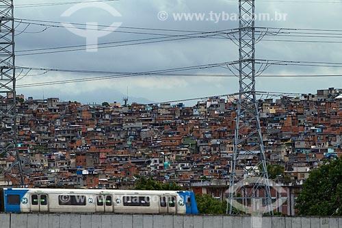 Assunto: Metrô - Linha 2 - com o Morro do Jacarezinho ao fundo / Local: Rio de Janeiro (RJ) - Brasil / Data: 04/2010