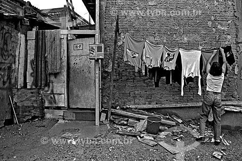 Assunto: Moradora da favela de Heliópolis estendendo roupas no varal / Local: Cidade Nova Heliópolis - São Paulo (SP) - Brasil / Data: 1992