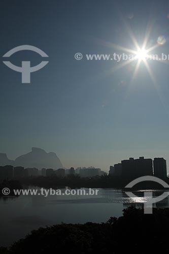 Assunto: Pôr do sol na Lagoa de Marapendi com prédios e Pedra da Gávea ao fundo / Local: Barra da Tijuca - Rio de Janeiro (RJ) - Brasil / Data: 01/2013