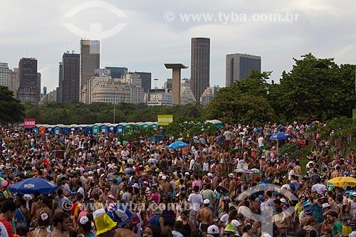 Assunto: Desfile do Bloco Sargento Pimenta com o Monumento aos Pracinhas e os prédios do centro da cidade ao fundo / Local: Glória - Rio de Janeiro (RJ) - Brasil / Data: 02/2013