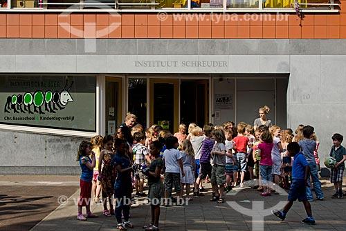 Assunto: Crianças brincado na rua durante o recreio do Instituut Schreuder / Local: Amsterdam - Holanda - Europa / Data: 05/2012