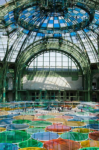 Instalação Excentrique(s), travail in situ do designer francês Daniel Buren no Grand Palais des Beaux-Arts (Grande Palácio de Belas Artes) - exposição como parte do Monumenta 2012  - França