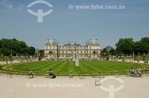 Assunto: Pessoas tomando sol no Jardin du Luxembourg (Jardim de Luxemburgo) com o Palais du Luxembourg (Palácio de Luxemburgo) ao fundo - sede do Senado Francês / Local: Paris - França - Europa / Data: 05/2012