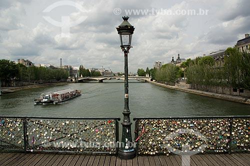 Cadeados com declaração de amor na Pont des Arts (Ponte das Artes) - os cadeados são colocados pelos casais de turistas que jurando amor eterno jogam a chave no rio e o cadeado fica fechado para sempre   - França