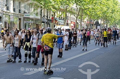 Assunto: Grupo de pessoas passeando de patins pelas ruas de Paris / Local: Paris - França - Europa / Data: 05/2012