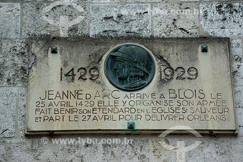 Placa em homenagem a Jeanne dArc no Château Royal de Blois (Castelo Real de Blois) - ela foi abençoada ali antes de partir para o Cerco de Orléans, primeira grande batalha que esteve a frente   - França