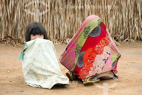 Assunto: Meninas da aldeia Aiha Kalapalo escondendo o rosto com vergonha do homem branco - ACRÉSCIMO DE 100% SOBRE O VALOR DE TABELA / Local: Querência - Mato Grosso (MT) - Brasil / Data: 10/2012