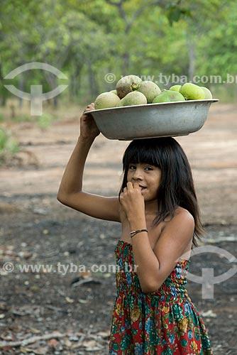 Assunto: Criança da aldeia Aiha Kalapalo com uma bacia de Pequi (Caryocar brasiliense) - ACRÉSCIMO DE 100% SOBRE O VALOR DE TABELA / Local: Querência - Mato Grosso (MT) - Brasil / Data: 10/2012
