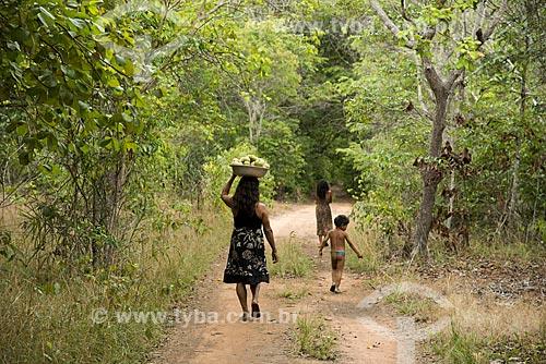 Assunto: Mulher da aldeia Aiha Kalapalo com uma bacia de Pequi (Caryocar brasiliense) - ACRÉSCIMO DE 100% SOBRE O VALOR DE TABELA / Local: Querência - Mato Grosso (MT) - Brasil / Data: 10/2012