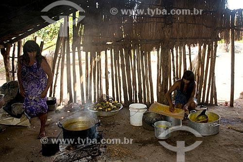 Assunto: Mulher da aldeia Aiha Kalapalo preparando o mingau de Pequi (Caryocar brasiliense) - ACRÉSCIMO DE 100% SOBRE O VALOR DE TABELA / Local: Querência - Mato Grosso (MT) - Brasil / Data: 10/2012