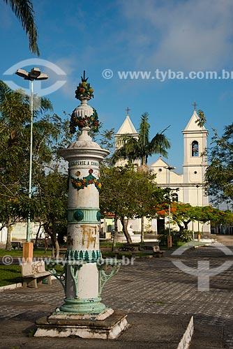 Assunto: Bebedouro na Praça Engenheiro Greenhalgh - Igreja de São Benedito e Igreja Nossa Senhora das Neves ao fundo / Local: Iguape - São Paulo (SP) - Brasil / Data: 11/2012