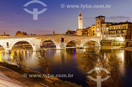 Assunto: Ponte de Pedra (Ponte Pietra) sobre o Rio Adige ao anoitecer, construída em 100 AC pelos romanos / Local: Verona - Itália - Europa / Data: 12/2012