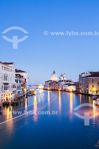 Assunto: Grande Canal visto da Ponte dell Accademia ao anoitecer / Local: Veneza - Itália - Europa / Data: 12/2012