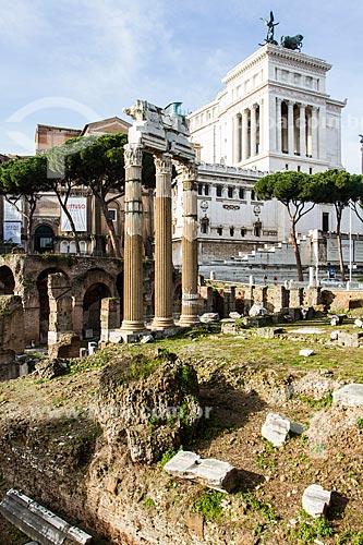 Assunto: Fórum de César, construído entre os séculos I a.C. e II d.C., com as colunas do Templo de Vênus Genetrix à frente e Monumento a Vitor Emanuel II (Vittorio Emanuele II) ao fundo / Local: Roma - Itália - Europa / Data: 12/2012