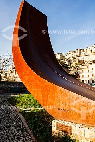 Assunto: Escultura - chamada Ascension - na Piazza San Pietro (Praça São Padro) / Local: Assis - Província de Perugia - Itália - Europa / Data: 12/2012
