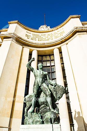 Assunto: Estátua de Hércules em frente ao Palais de Chaillot (Palácio de Chaillot) / Local: Paris - França - Europa / Data: 12/2012