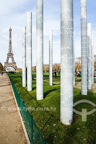 Assunto: Colunas do monumento Le Mur pour la Paix (O Muro da Paz) com a Torre Eiffel ao fundo / Local: Paris - França - Europa / Data: 12/2012
