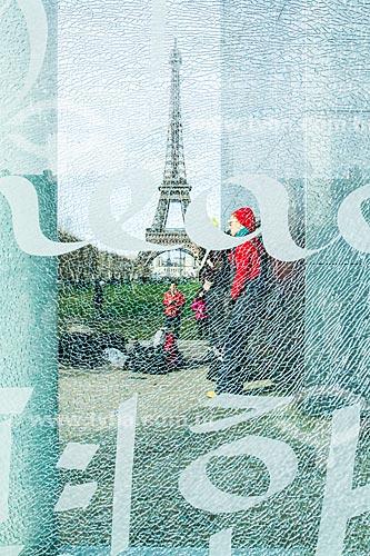 Assunto: Monumento Le Mur pour la Paix (O Muro da Paz) - possui uma fachada de vidro com a palavra